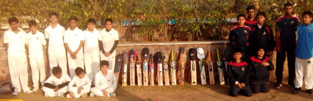 Kids of @YSCEC @YUVSTRONG12 cricket centres in Delhi-NCR #putoutyourbats in respect of Phil Hughes. @CricketAus http://t.co/ypEf2y1mY5