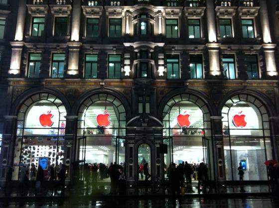 #Apple turned its logo to Red at all of its retail stores in recognition of World #Aids Day. http://t.co/tDKimJcJ45