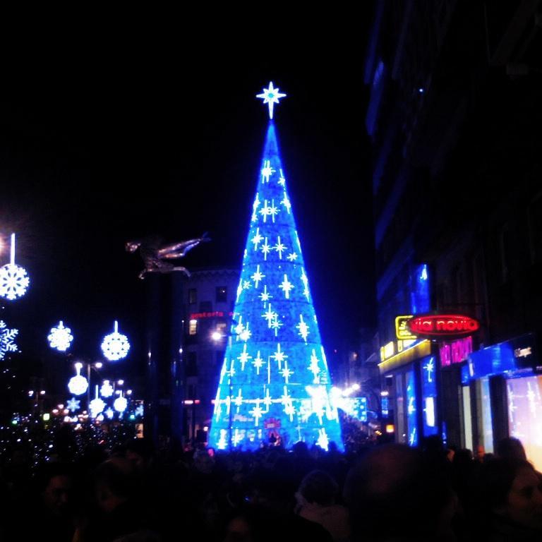 Y así se iluminó el centro de Vigo... http://t.co/k85RQ2TS6Y