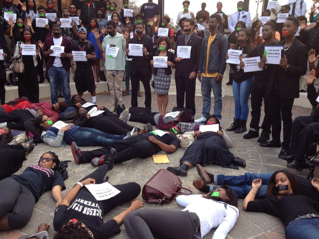 #HandsUpWalkout at Jackson State #HappeningNow #peacefulprotest http://t.co/lKM662tE2Y