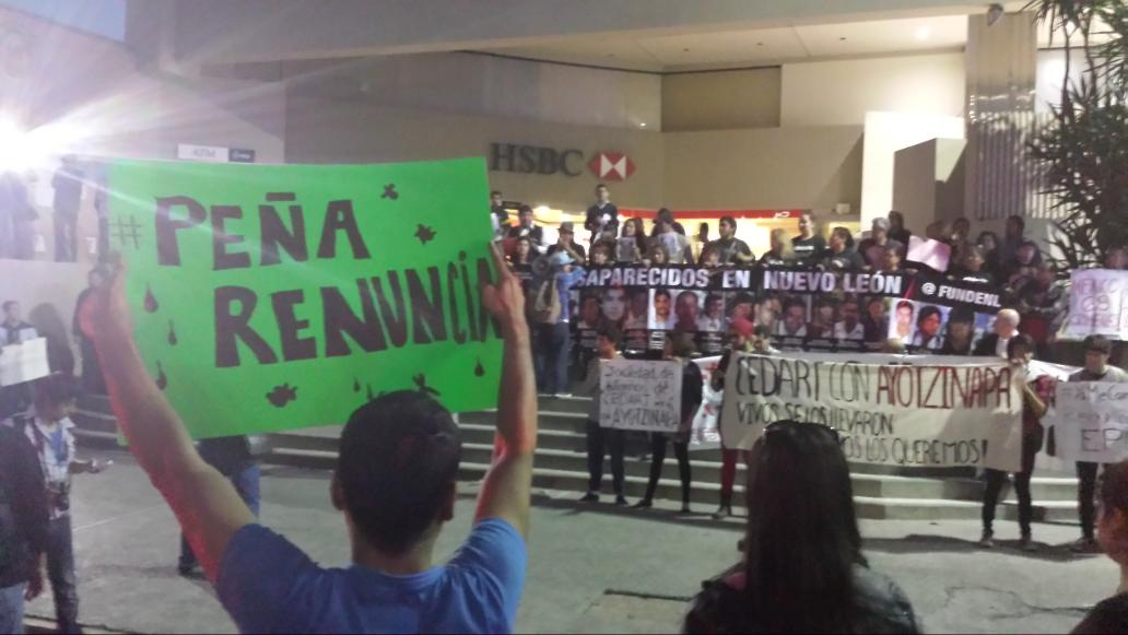 #Ayotzinapa Marcha en #Monterrey. #mtyfolllow http://t.co/blqqvZRB1w