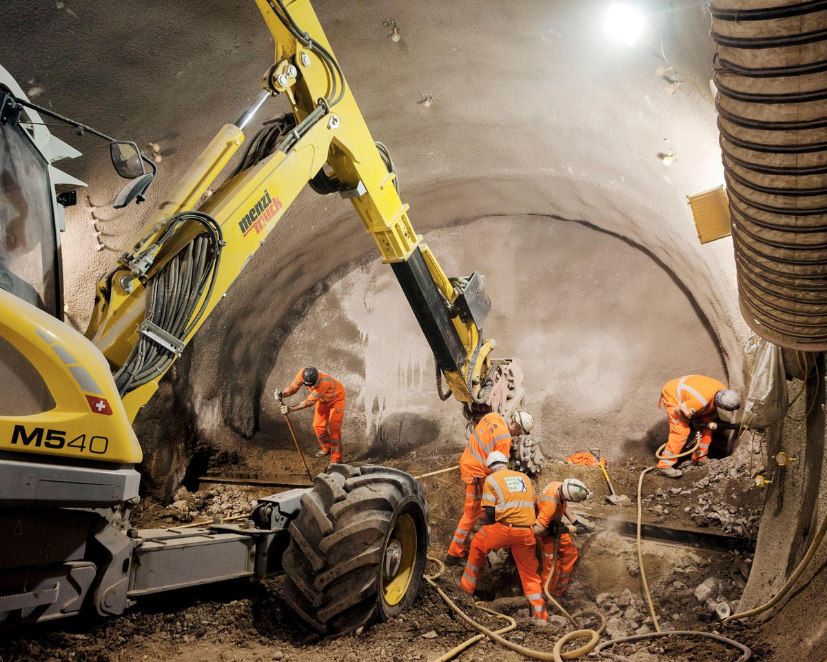 B4 4DocIEAE60ui?format=jpg&name=medium - Victoria tube station - construction & upgrade