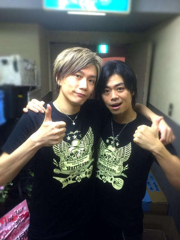 先週末は名古屋での浪川大輔さんのライブでギターを弾かせてもらいました。 今回もとても楽しいステージで僕もギターを弾きながら爆笑、いやBAKU-SHOWしてました! そしてライブ終わりに写真をパシャり。大二郎先生とは撮り損ねた(笑) http://t.co/ypjW7nSY0b