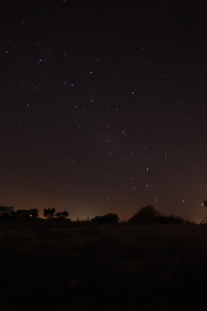 電灯の無い丘に連れてきてもらいました。その途端!流れ星が☆彡普通の規模じゃなく、めちゃデカくてジェット気流のような流れ星でした。みんな幸せにと願いました。日本でいう3等星や4等星が容易に見えます。 pic.twitter.com/aOWnEIt84k
