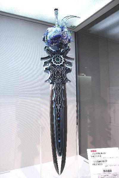 そして今回の展示会のおそらく最大の目玉がこちら。刀匠が本気出してファンタジーに出てくる刀剣作ったらこうなった。ただただ、凄い。 pic.twitter.com/VL7NJaL1gn