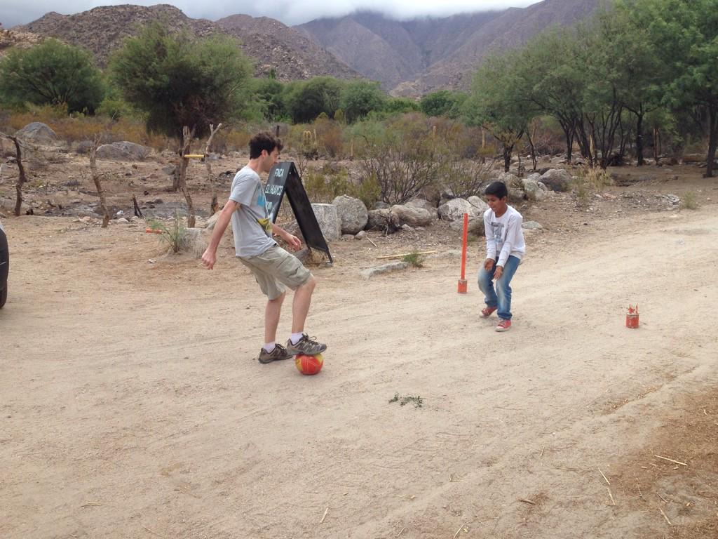 @WenceslaoB jugando un picadito con Elías,de la familia de la Finca/tambo de Huayco en Agua Blanca #LaRiojaBlogtrip http://t.co/eatDbvgdje