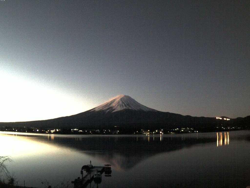 比較的風は穏やかか。逆さ富士が綺麗ですね。 @富士五湖.TV河口湖北岸カメラ live.fujigoko.tv/?n=6 pic.twitter.com/Nwwym7zZay