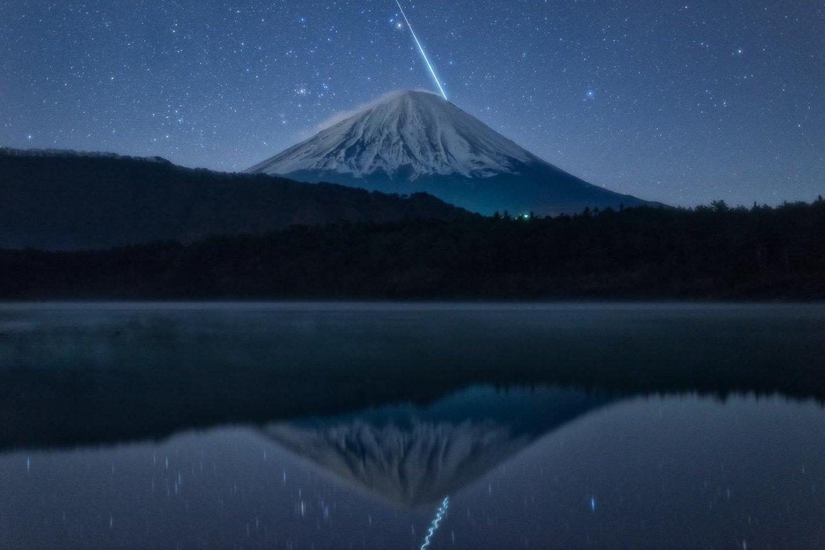 標準画角で富士山と流星の写り込みを狙う俺も俺だが、それに応えちゃう大自然すごい! トリムなし Fuji&meteor #ふたご座流星群 #Geminid #MeteorShower pic.twitter.com/IHtEltyOjU