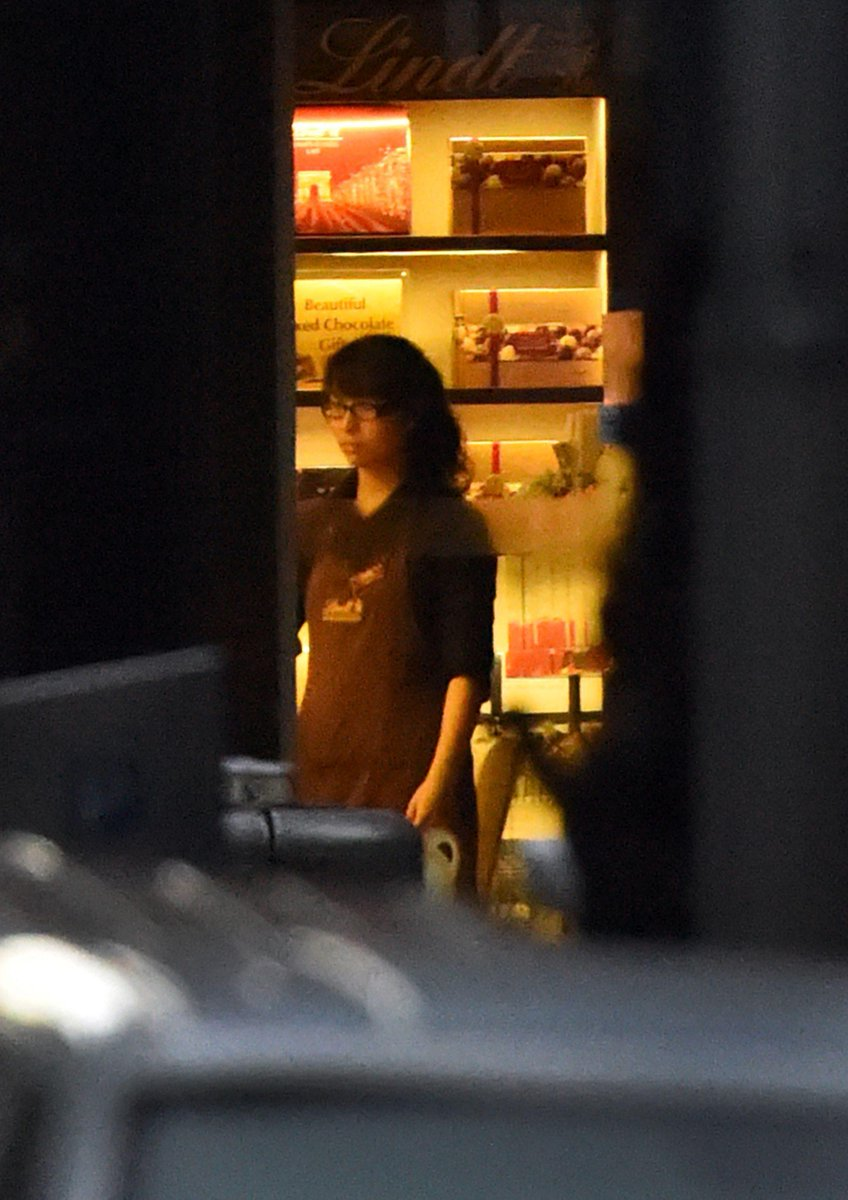 A female hostage stands by the front entrance of the cafe as she turns the lights off in Sydney. #sydneysiege http://t.co/qNfCMv9yZt