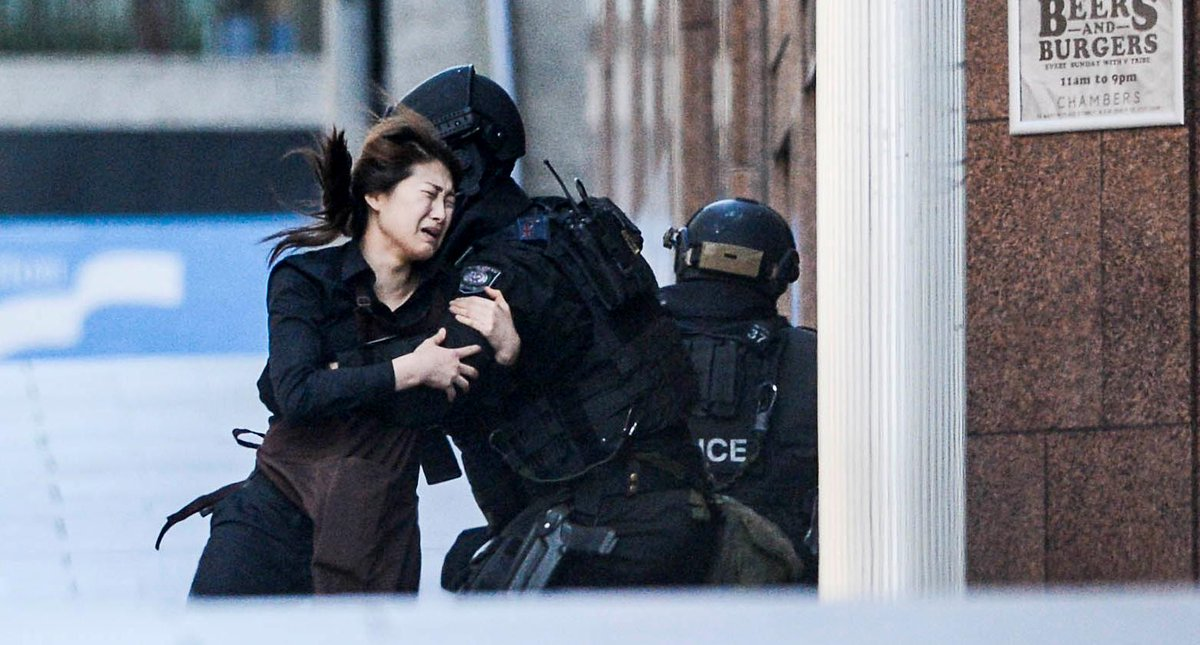 The moment a female Lindt worker escapes the #SydneySiege: http://t.co/isvMtY4oUQ #hostage #MartinPlace http://t.co/iAlARm6GRf