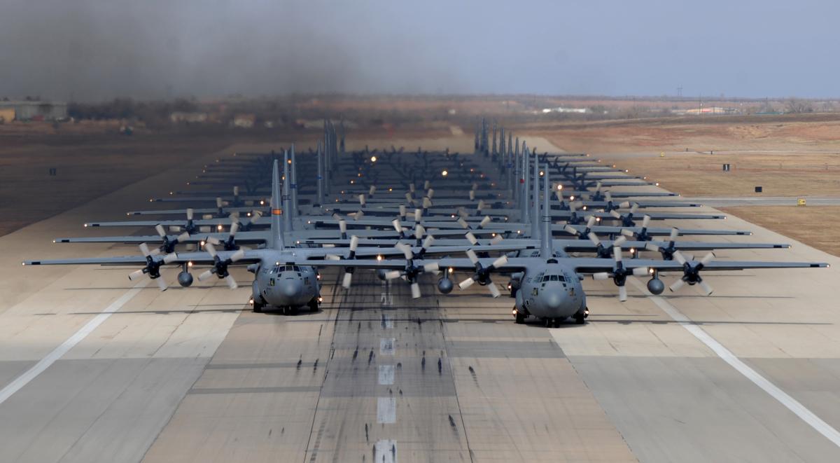 アメリカ空軍、24機のC-130による強行侵入演習 http://t.co/o7gcjOYIpH http://t.co/Od4JMF3IqE