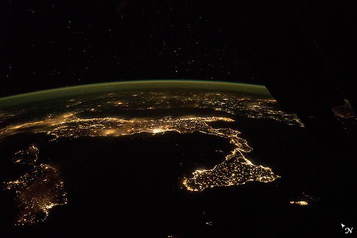 Notturno italiano. La foto scattata dagli astronauti della Stazione spaziale internazionale. http://t.co/B7l9iMtcfr http://t.co/zHnFvnIagk