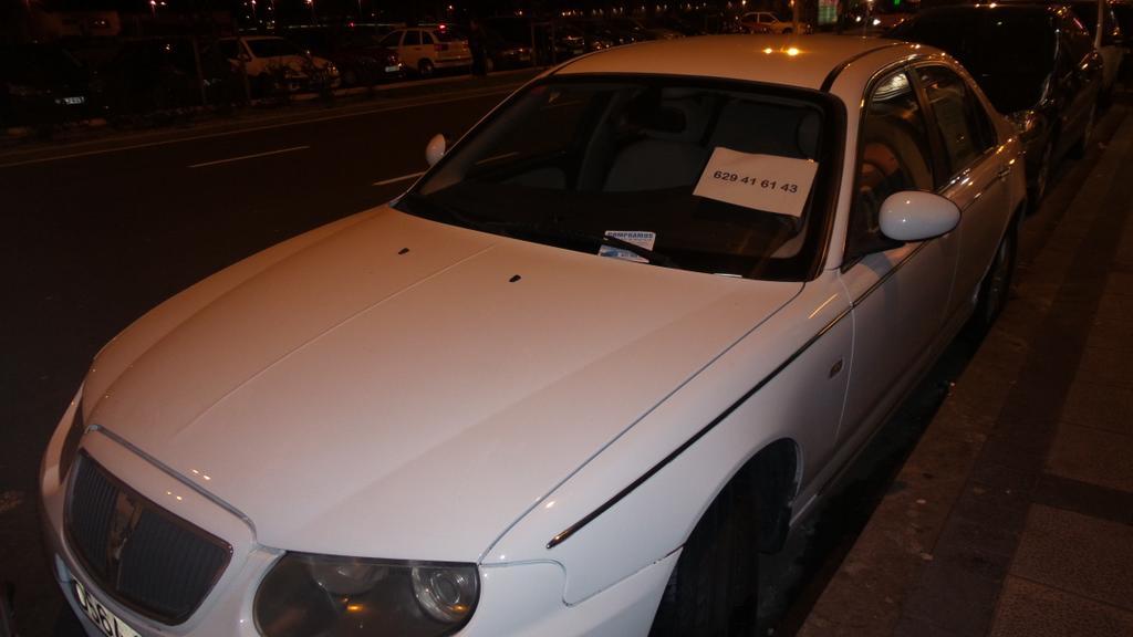 Compra ventas de vehículos utilizan la vía pública para exponer sus coches