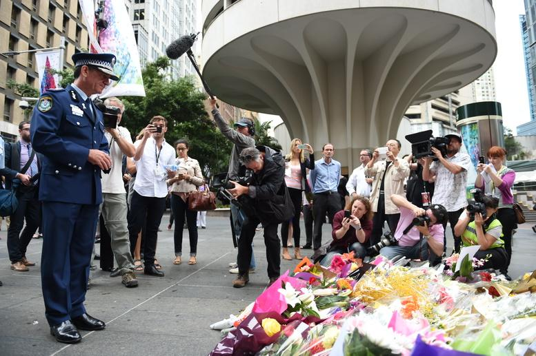 Police Commissioner Andrew Scipione at the #martinplacesiege memorial http://t.co/yYJh9Peq0i
