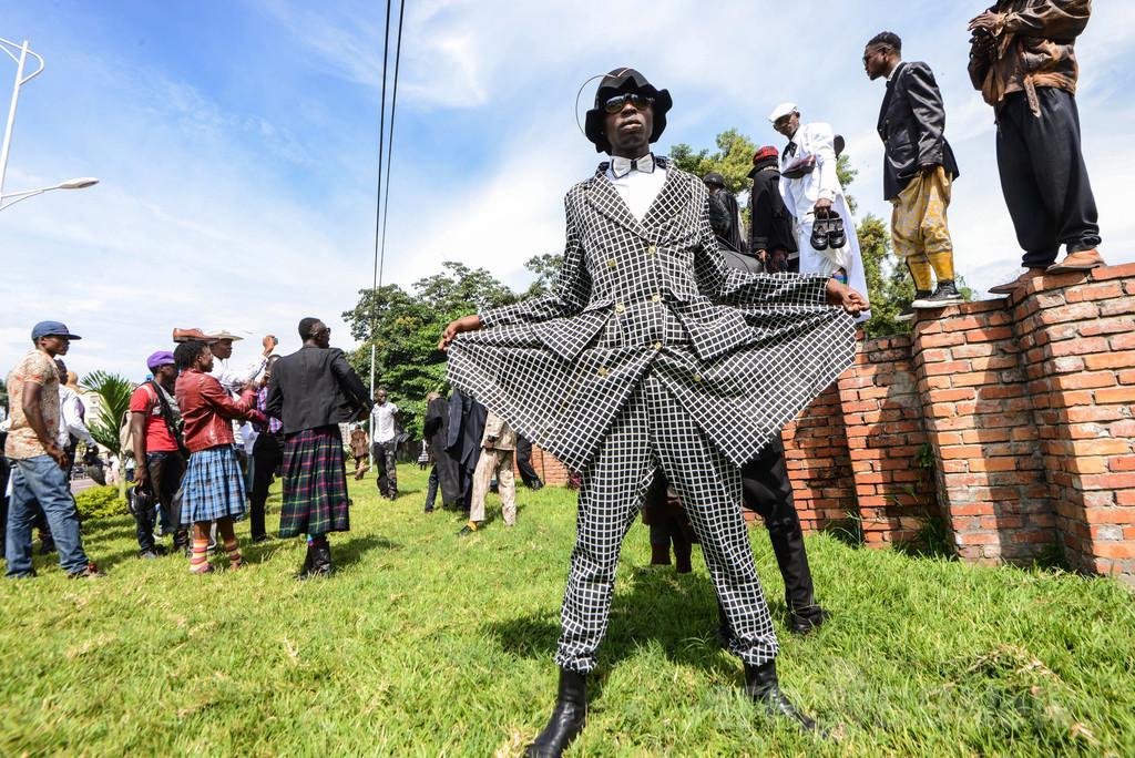 """本日22時~放送されるNHK「地球イチバン」はコンゴのおしゃれ男子""""サプール""""の特集!予習としてぜひこちらもチェックして!写真:http://t.co/PVtWMJUUKx、動画:http://t.co/jNSLgMPx0Z http://t.co/XvGcd3bJjJ"""