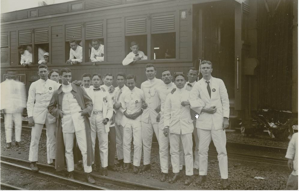 Bandung voetbal bond players arrived at train station in jkt for their match against batavia - in their suits!! ,1920 http://t.co/2wCjOJ5XQj