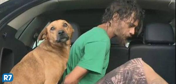 Cachorro não abandona homem nem durante sua prisão e entra na viatura junto com ele http://t.co/XhBISqjxqZ http://t.co/Hx9qyCwhio
