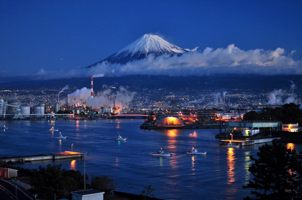 夜明けの港と富士山の風景です♪ pic.twitter.com/cACP9HlxDu