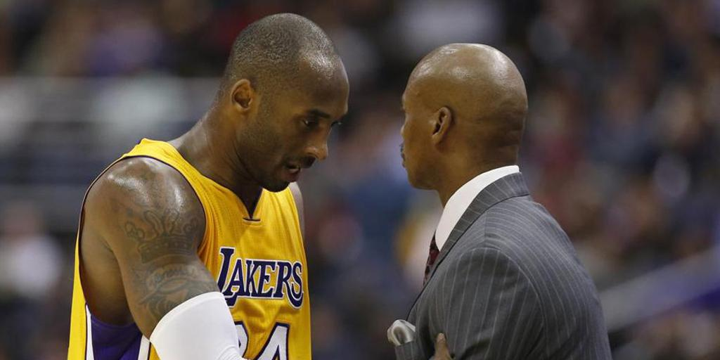Kobe Bryant and Byron Scott may be getting along, but their team's performance on defense is struggling. (@BostonGlobe/Twitter)