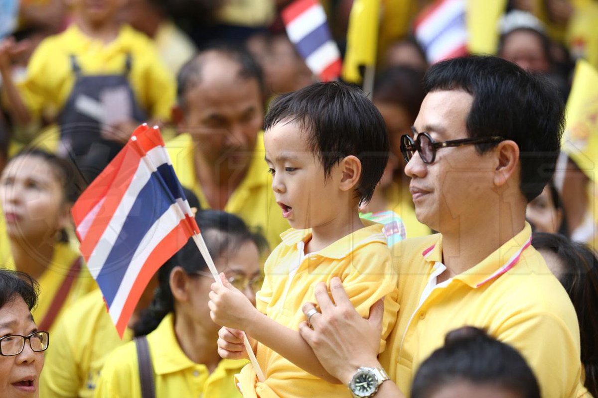 Thousands of Thais wearing yellow shirts wish H.M. The King a happy birthday (Credit @Thairath_News) http://t.co/yc8xJbAGy7 #WeLoveKingTH