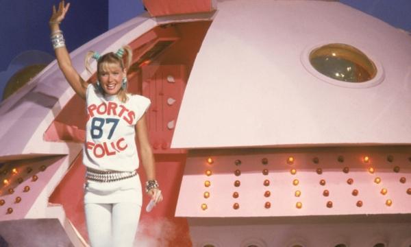 Xuxa se despedindo e saindo com a sua famosa nave espacial.
