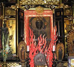 矢田寺矢田地蔵尊:京都にある寺院。本尊は日本で最初にできた地蔵菩薩で、平安時代前期(816年)に制作されたと伝わる。代受苦地蔵とも呼ばれ、地獄の火焔の中に身を置き、地獄で罪人を救っている地蔵の姿を彫刻して祀ったものである。