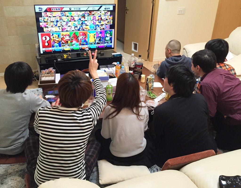 発売日のきょうは、スタッフがうちに集まり、おやつをつまみながら8人同時プレイ。盛り上がり中。 あんなに苦労し、開発中は散々プレイもしたのに、いまも楽しく遊べるということは幸せなことだと思う。 http://t.co/iE01N3HqK8