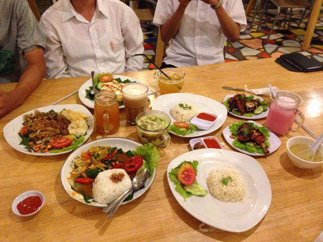 kami persembahkan makan malam ini utk teman kami @MrIqbalMuhammad  yg akan lengser dari jabatan Sekwil ISMKI Wil 1
