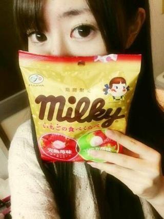 近藤ゆき→ 「期間限定milkyいちごの食べくらべ (完熟苺味 」・甘さ☆☆☆☆☆・スッキリ度☆・うるおい度☆・色:濃いピンク 飴だと思って舐めてました。なんか違うと思ったらmilkyでした。濃い苺味で、まろやか濃い( 'ч' )