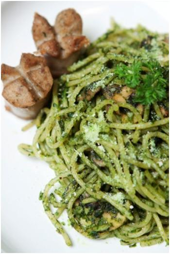 Jgn heran sm makanan yg ijo-ijo ini! Lgsng aja ke @Sugarush_bdg cobain Pesto Pasta. Pasta + Sosis = Mantap! http://t.co/u1kxzodyeQ