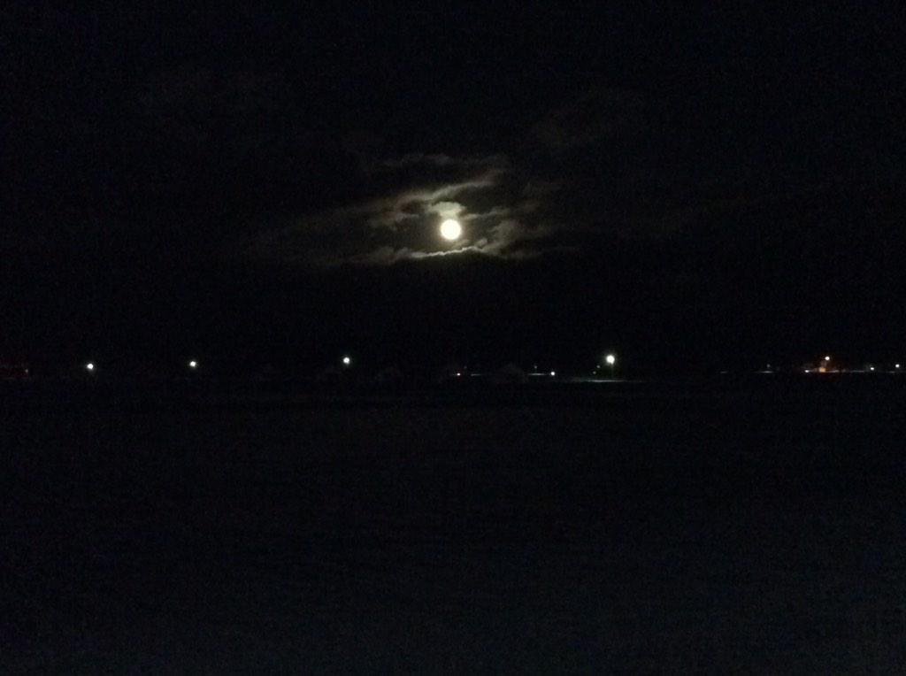 帰る前に。 地元で月。 #イマソラ #sora04 ( ´ ▽ ` )ノ http://t.co/AKHgjM58Iw