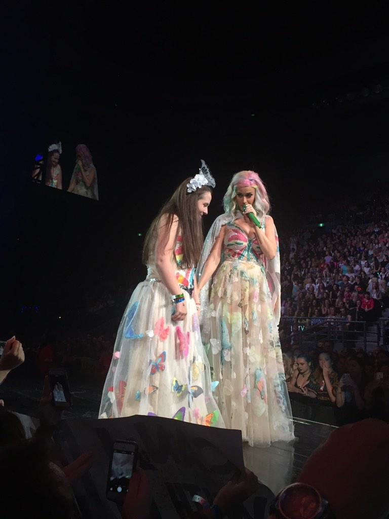 @katyperry just brought a #KatyCat up on stage for the selfie!!!! She never does that #PrismaticWorldTour http://t.co/LtOBbvJLta