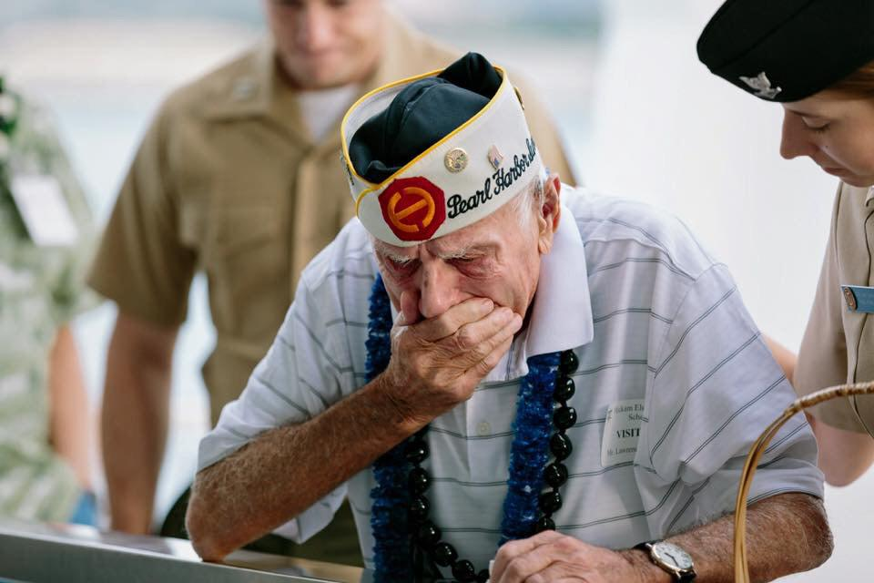 Pearl Harbor survivor making first return in 73 years. He spread rose petals on the water.Via #thegreatestgeneration http://t.co/UilXEx7Pvz