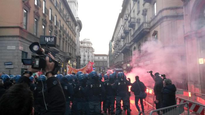 Scala, polizia carica i centri sociali #Foto #PrimaScala #Fidelio http://t.co/XgNfzymfeN http://t.co/NcYTzCwAUi
