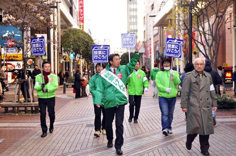 選挙戦、最初で最後の日曜日。仙台市医師会長で秋葉賢也選対本部長の永井先生とパレード‼︎たくさんの方々にお励まし頂き本当に力をもらいました。 http://t.co/qx1bYpDGta