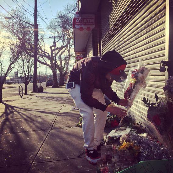 Ramsey Orta, man who filmed #EricGarner in chokehold, straightens up makeshift memorial dedicated to him. @NY1 http://t.co/Y8JebZzxCE