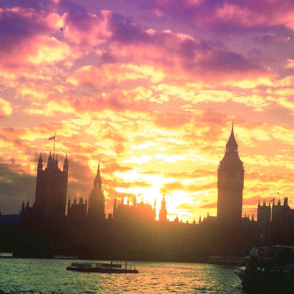 Incredible #sunset on the Thames tonight, everyone was stopping to take pix #london http://t.co/Z7CKojtkWb