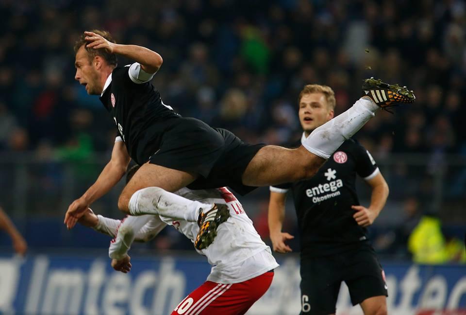 Noveski leaps over a Hamburg player