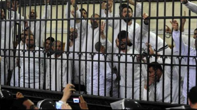 Egypt sentences 4 Muslim Brotherhood members to death http://t.co/v52xALGzi9 http://t.co/RgimgHMiJv