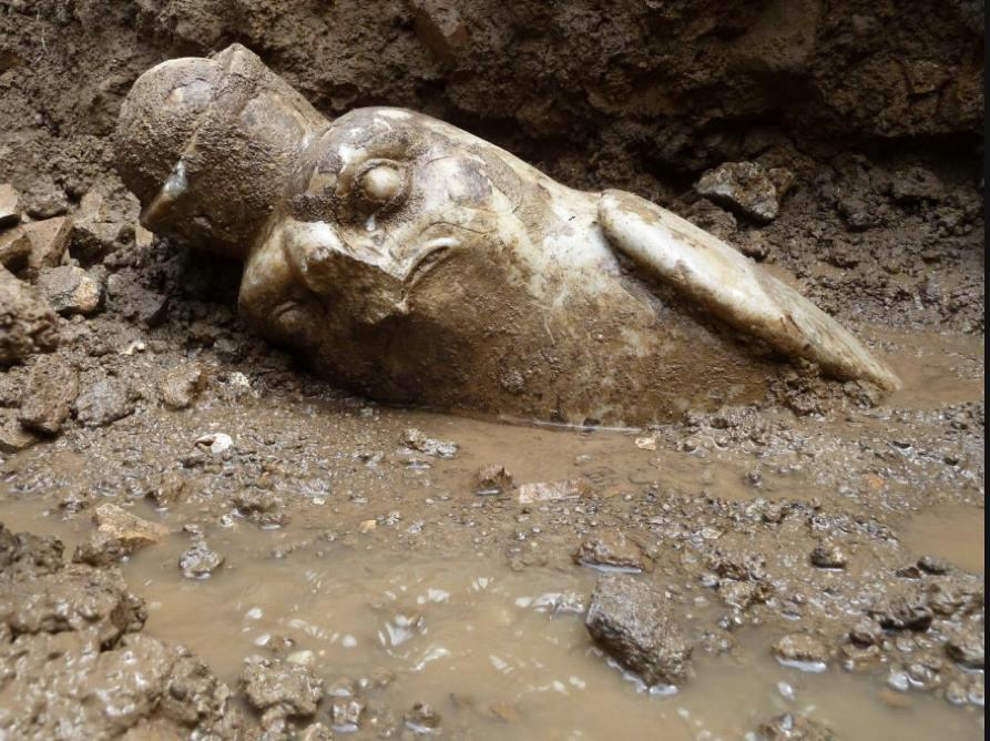 イタリアのヴィッラ・アドリアーナから発掘されたホルス像。写真はまさに発見された時のものか、すごく雰囲気があります。 http://t.co/rBNcouwm2Y http://t.co/E1RiYzPz38