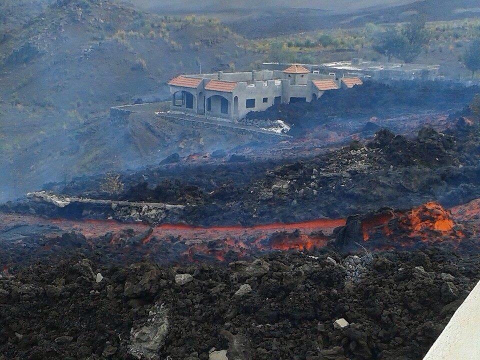 Extreme close up of the Fogo volcano eruption, status update B4UtPR5CcAIBqzR
