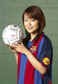 本田朋子サッカーボール片手にニッコリ笑顔