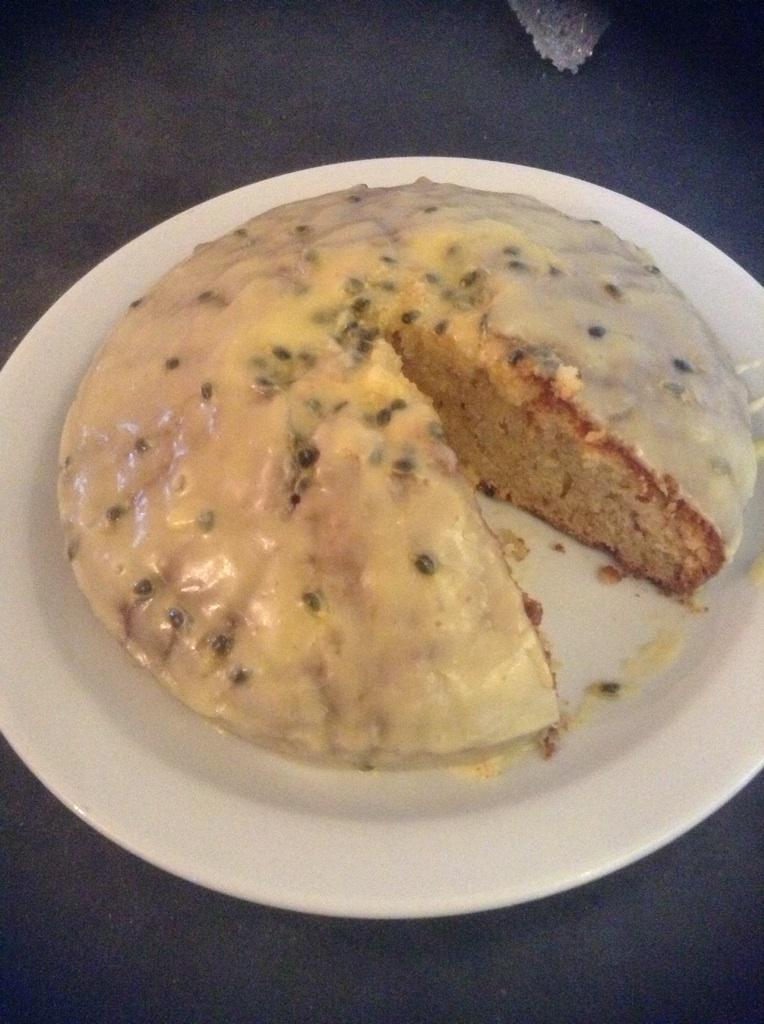 Vanilla sponge ting with passion fruit icing . #ImTheNewDeliaSmith lol http://t.co/wsIUFADU9g