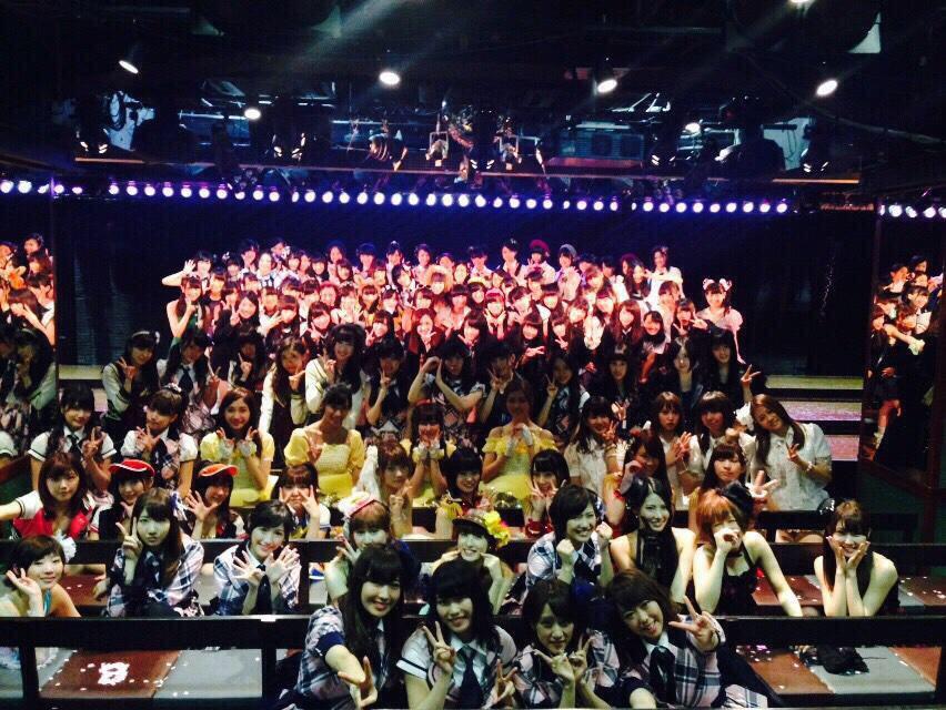 AKB48劇場9周年。今日がAKBにとってまた大切な日になりました。たかみなの卒業発表すっごい驚いちゃったけど、驚いてる時間もないんだろうなT_Tたかみなは本当に偉大な先輩だからこの1年は自分自身が初心に戻っていっぱい学ぶ年にしよう。 http://t.co/FGTAwuciWg