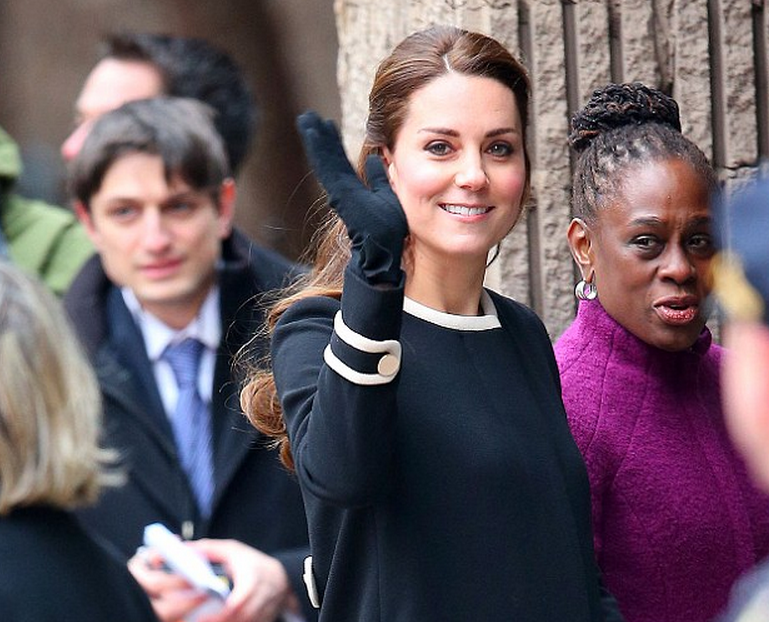 .@mattfleg on the beat. Oh, and Kate's there too. (pic from Daily Mail site, by Jackson Lee) http://t.co/ZJ9fIBvxF1