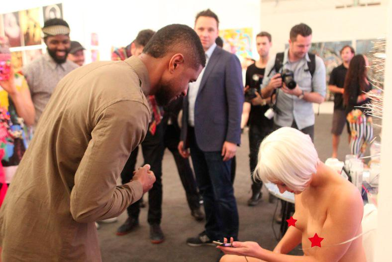 Usher charges his phone using a woman's ACTUAL vagina because #art http://t.co/lnYmKAcF69 http://t.co/hFuu3TvPjo