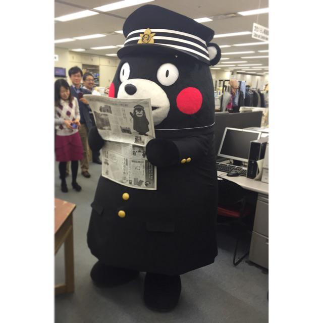なんと今度は朝日新聞社に学ラン姿のくまモンが・・・!!岩波書店からやってきてくれたようです!!!突然のお客様に社内は騒然となりました!!いったい今日くまモンはどこをめぐっていたのでしょうか・・・!? http://t.co/y2Ew7XnQ6l