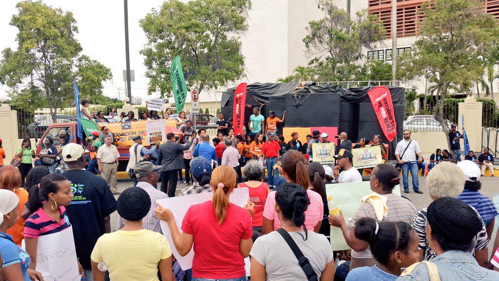 Manifestación pacífica frente al Congreso Nacional apoyando la aprobación de las Observaciones de @DaniloMedina http://t.co/5HEYGZCh96