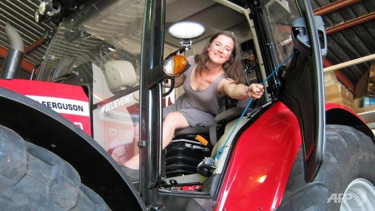 Dutch actress Manon Ossevoort reaches the South Pole after riding on a tractor from Europe http://t.co/MEOh4SaUTO http://t.co/QbyvtX7TuI