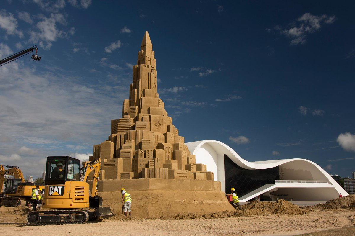 Pictures: @CaterpillarInc 's World-Record-Sandcastle Project http://t.co/leWvtAgM21 #CatSandcastle #BuiltForIt #GWR60 http://t.co/1xafYYm0vF